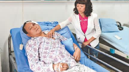 峨眉山观光车司机被打 村民不满砸坏3辆自驾车(图)