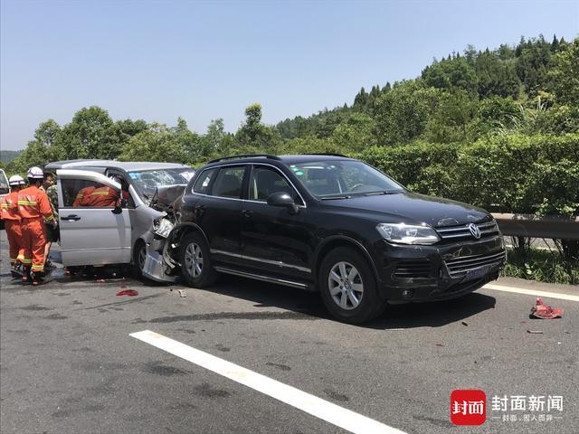 成南高速三车追尾致7人受伤 消防员顶高温救援(图)