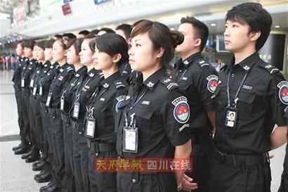 双流机场安检员换装 黑色制服皮靴英姿飒爽