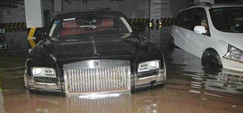自贡遭遇暴雨袭击 劳斯莱斯地下停车场被淹 腾讯网高清图片