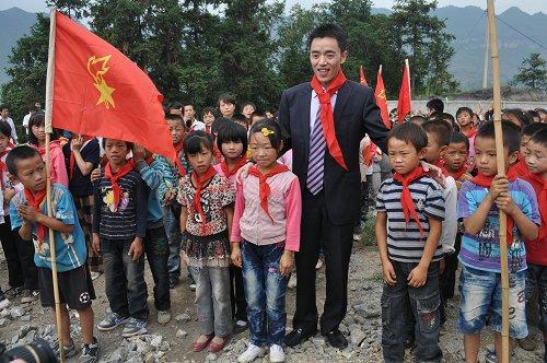 好风景家居总裁与山区孩子们 好风景家居为贵州大方捐赠博
