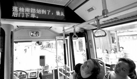 公交车开始上路.昨日,华西都市报记者从成都公交集团了解到,高清图片