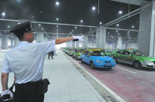 成都东站8日正式运营 接待乘客1万游客5万