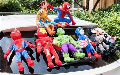 成都司机车上贴玩偶赚足眼球 交警提醒:发交通事故