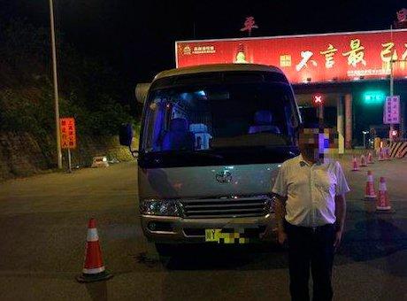 巴中客车司机酒后开车被查 车上竟有13名学生