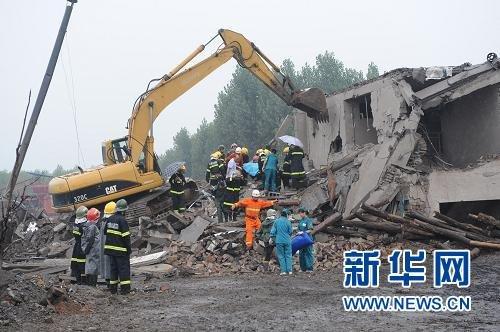 7月8日,救援人员在爆炸现场一座倒塌的小楼内进行紧张救援。新华社记者 赵鹏 摄