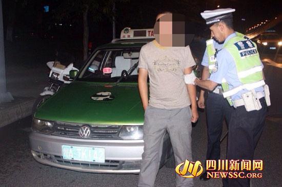 """""""克隆出租车""""驾驶员被交警查获-成都两租车伪造同一号牌 撞号 被交"""
