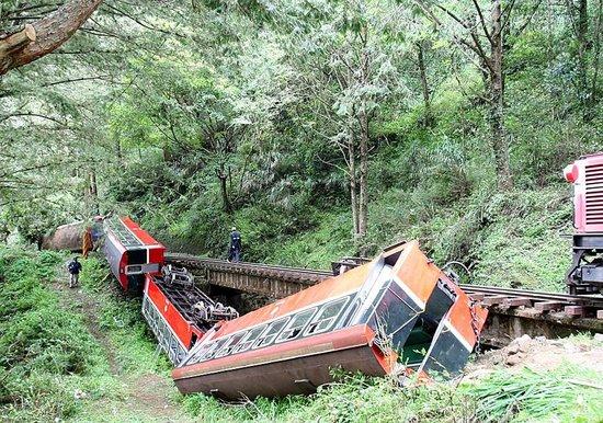 台湾阿里山小火车翻覆 成都游客2死29伤(图)