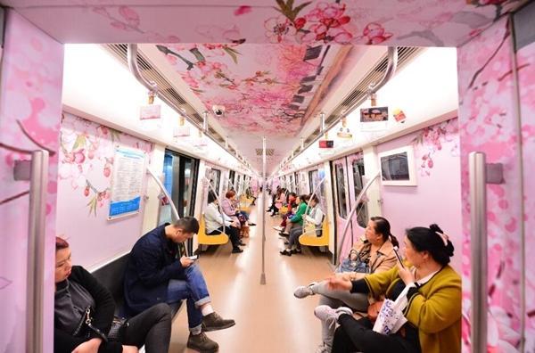 """""""开往春天的地铁""""成都地铁2号线桃花专列开通"""