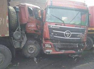 攀枝花境内一货车下陡坡失控 与9车相撞