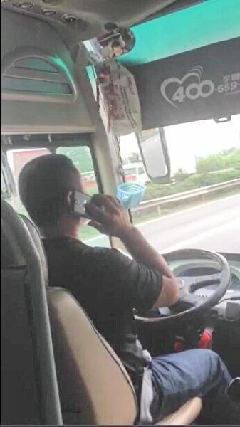 曝客车司机高速路玩手机 双手15次未握方向盘(图)