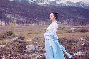 浪漫的5月穿着汉服去旅游 在雪山海子下来一场视觉盛宴