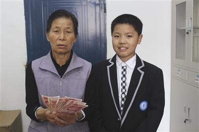 失主刘琼兰和拾金不昧的赵兴(右)合影