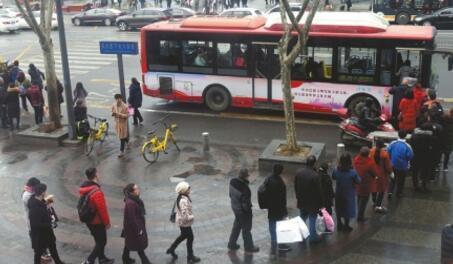 """成都市民排队上公交 外地网友""""闹麻了"""""""