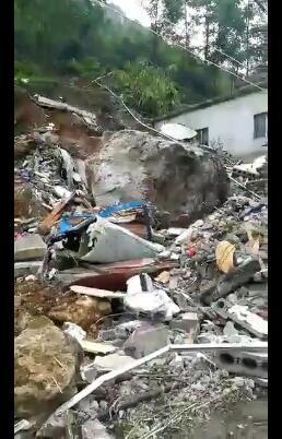 宜宾市筠连县发生一起巨石滚落事件 一人被埋