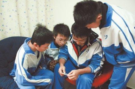 成都中学生防艾日送父母安全套引争议(图)_大