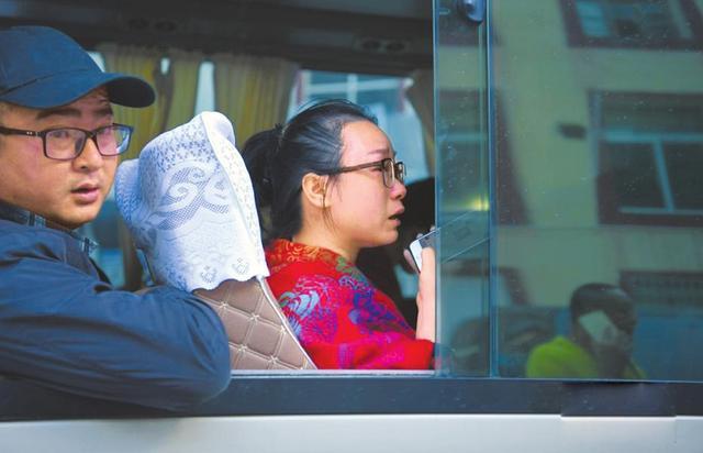 """女游客裹藏族老奶奶毯子回家:""""下次来九寨沟还她"""""""