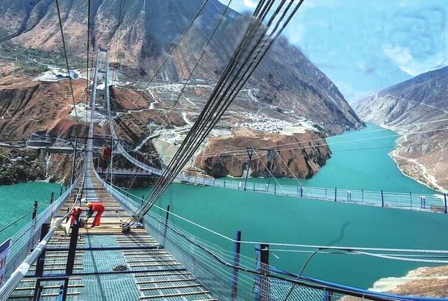 川藏第一桥架设首根主缆 成都年内3小时飙拢泸定(图)