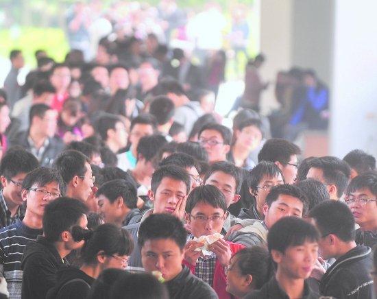 成都高校考研报名确认现场火 一考生排5小时