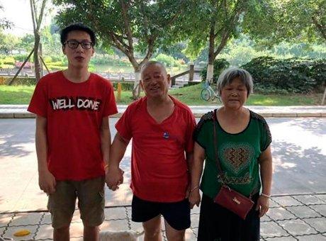 成都大学生跳水救起67岁大爷 拒收感谢金