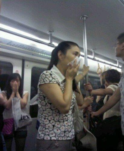 成都地铁2号线遇烟雾袭击 致停运10分钟(图)