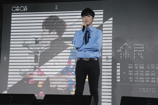 徐良现场邀请了一名女粉丝登台,共同演绎新专辑里的曲目《红叶狩》图片