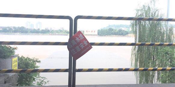 """泸州须眉下水嬉戏失联至今 旁设""""远离水域""""警示牌"""