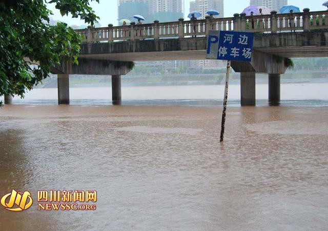 达州渠县遭遇暴雨袭击 河边停车场被淹(图)