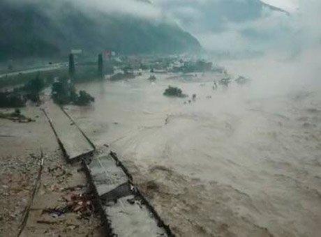 航拍都汶高速灾情:大桥房屋垮塌、道路