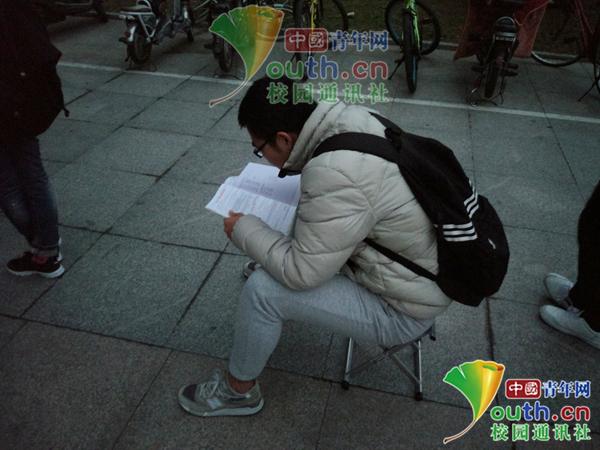 """考研倒计时40天 """"考研党""""凌晨5点带台灯排队抢座"""