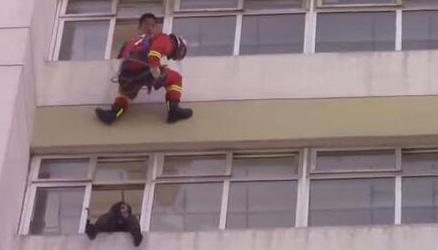 消防员飞身踹回跳楼女