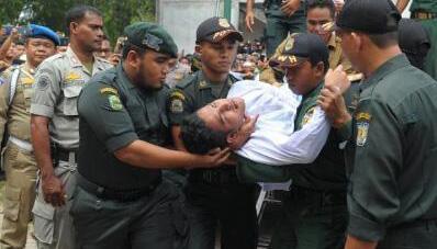 男子与女性共处受鞭刑