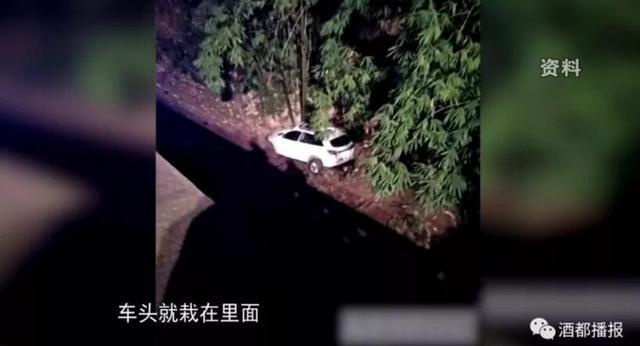 宜宾两车深夜相撞致3死3伤 其中一车栽下天桥