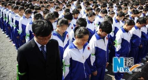 四川震区羌族学生悼念玉树地震遇难同胞( 图)