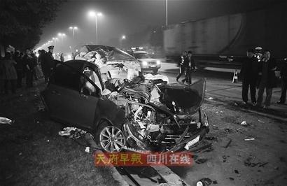 车祸.一辆车牌号为川ag809m的红色东风雪铁龙轿车,在急速行高清图片