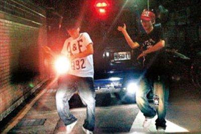 周杰伦出奇招戏谑狗仔队 肉身挡车大跳街舞