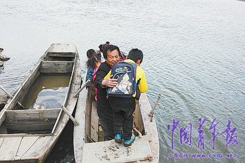 王勇搀扶孩子上船