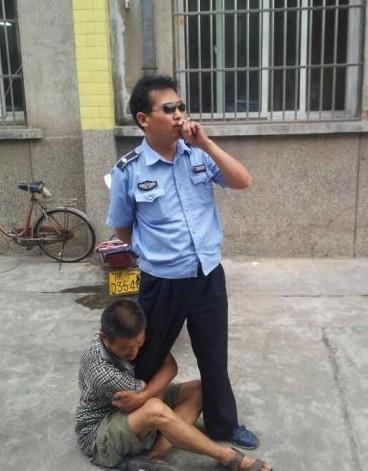 城管遭小贩抱大腿仍淡定抽烟 已停职反省(图)
