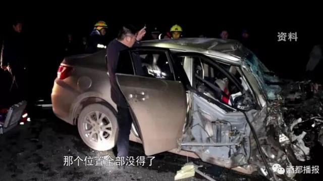 宜宾两车深夜相撞致3死3伤 个中一车栽下天桥