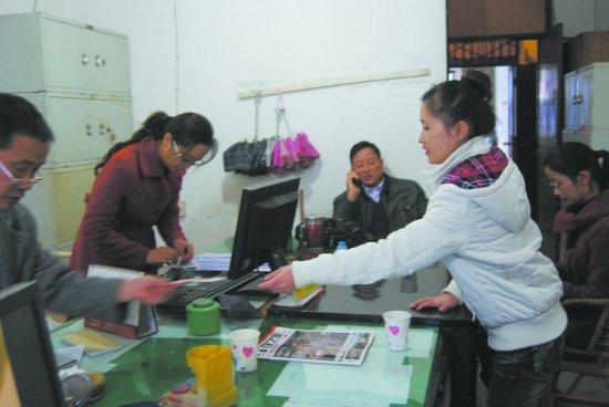 泸州男子卷走公款 女儿辍学打工4年还钱(图)