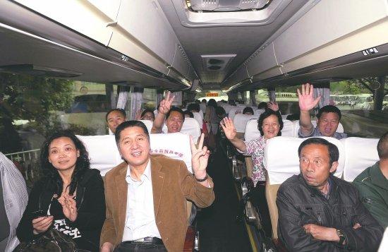 金沙车站,成都至西昌的首班客车-雅西高速千人停车拍照 三车追尾一高清图片