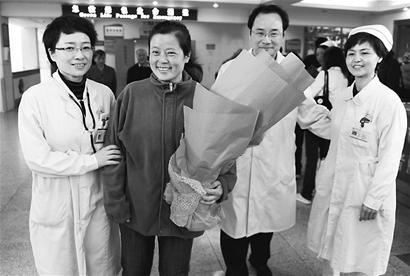 成都第一位玉树地震伤员出院 踏上回家之路