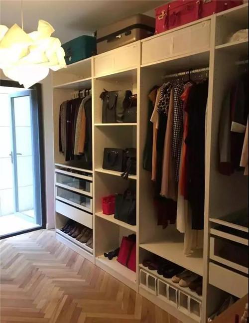 一般家庭的衣柜可以挂衣服的空间实在少的可伶,小编现在的衣柜就是这