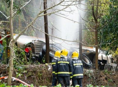 绵遂高速32吨油罐车冲出高速致车身分离 副驾身亡