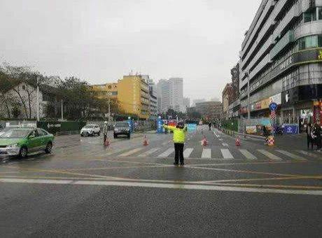 成都一环路有路面塌陷 目前已采取临时交通管制