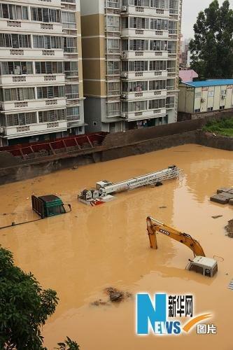 6月15日,南宁市某小区工地的货车和大型工程机械浸泡在水中。新华社发(唐辉吉 摄)