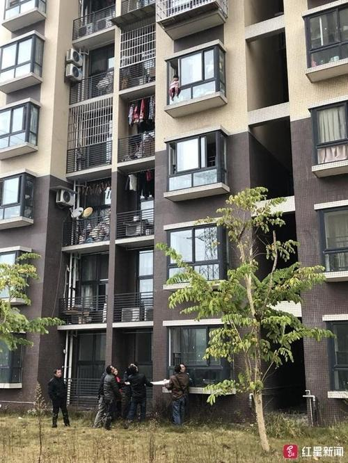 自贡3岁女孩悬坐窗台 邻居楼下撑起救生毯救人