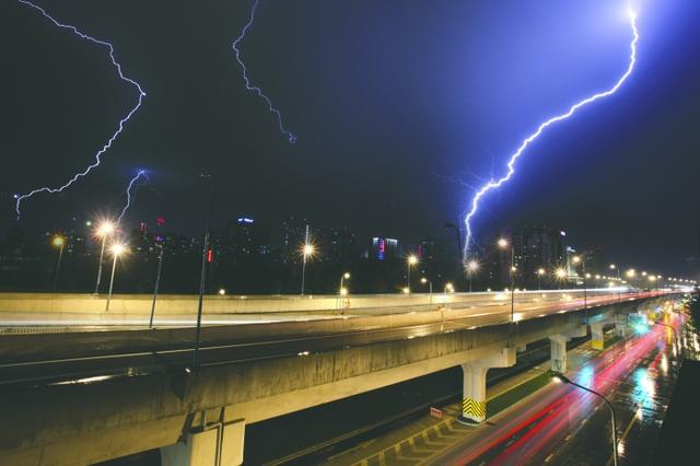 日晚,成都南门电闪雷鸣风雨交加(图据成都商报(微博))-成都18