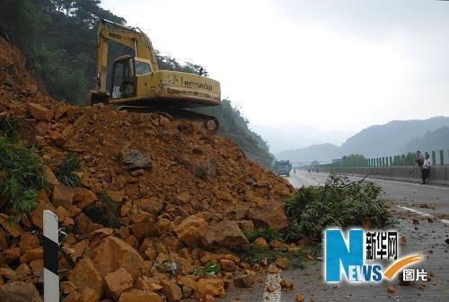 6月15日,公路抢险人员在清连高速公路发生塌方的地段抢修。新华社发(曹菁 摄)