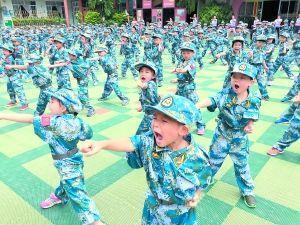 某幼儿园让小朋友参加军训